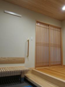 3帖の玄関と3.5帖の広々とした玄関ホールは、自然素材を贅沢に使用した極上の空間が広がります。